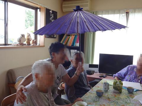 傘の下で1200.jpg