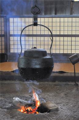 囲炉裏と鉄瓶あしなり.jpg
